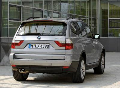 x3_facelift_rear_standing